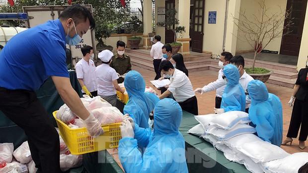TP. Hải Phòng tiếp tế gần 8 tấn gạo, thịt cho người dân khu phong tỏa - Ảnh 1.