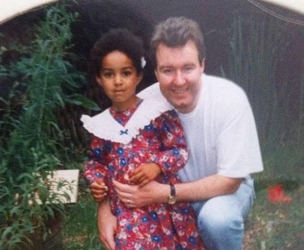 Cặp vợ chồng da trắng sinh ra con gái da đen khiến đứa trẻ bị bắt nạt cả quãng đời tuổi thơ, mãi đến khi người chồng qua đời sự thật mới được hé lộ - Ảnh 4.