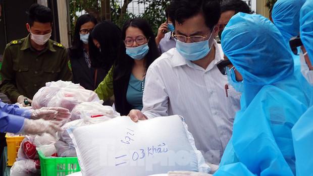 TP. Hải Phòng tiếp tế gần 8 tấn gạo, thịt cho người dân khu phong tỏa - Ảnh 4.