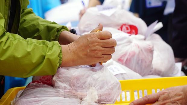 TP. Hải Phòng tiếp tế gần 8 tấn gạo, thịt cho người dân khu phong tỏa - Ảnh 6.