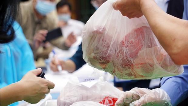 TP. Hải Phòng tiếp tế gần 8 tấn gạo, thịt cho người dân khu phong tỏa - Ảnh 7.