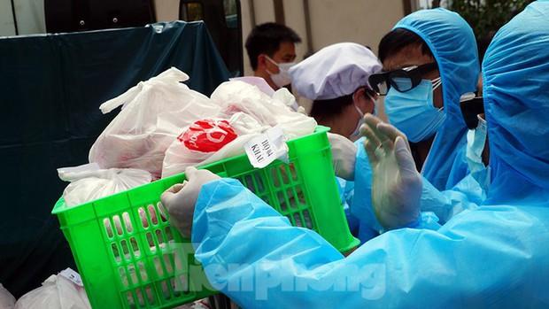 TP. Hải Phòng tiếp tế gần 8 tấn gạo, thịt cho người dân khu phong tỏa - Ảnh 8.