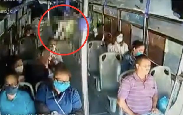 Cô gái bất ngờ bị bạn trai cũ đâm dao liên tiếp 30 lần trên xe buýt, hành động không ngờ của rất nhiều hành khách còn lại gây tranh cãi kịch liệt - Ảnh 1.