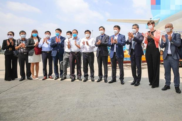 Cận cảnh lô vaccine Covid-19 đầu tiên về Việt Nam được bảo quản trong kho siêu lạnh - Ảnh 6.