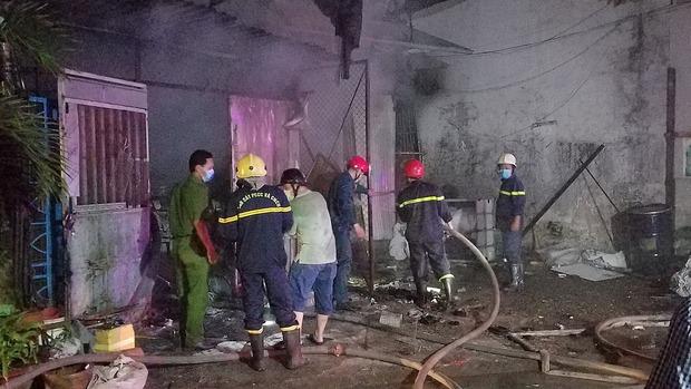 TP.HCM: Nhà thu mua phế liệu cháy dữ dội, người dân nỗ lực cứu tài sản nhưng phải tháo chạy thoát thân - Ảnh 1.