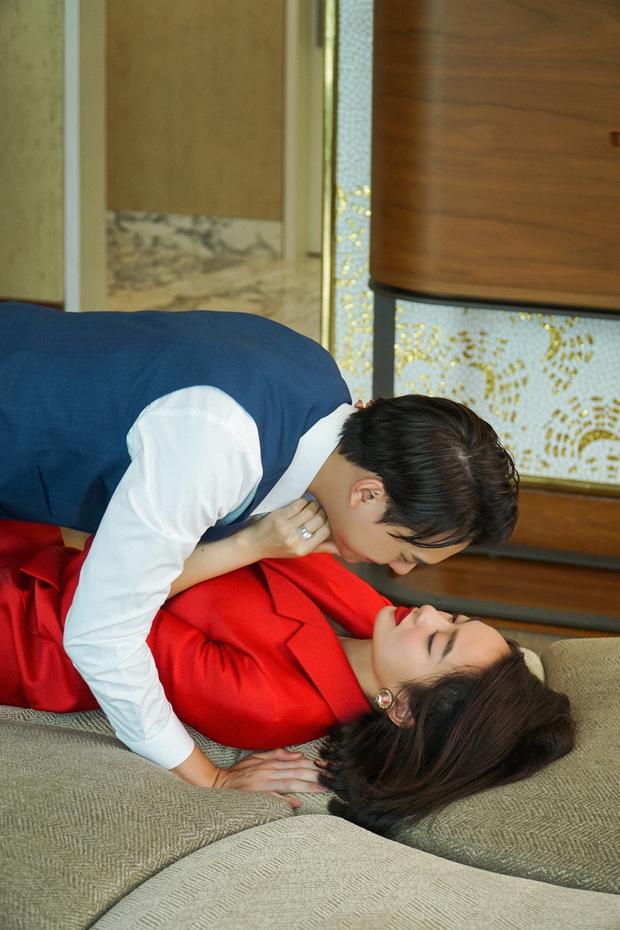 5 cảnh nóng nhức mắt của Kaity Nguyễn ở Gái Già Lắm Chiêu V: Hết đè ngửa đòi hôn đến lột sạch bạn diễn - Ảnh 6.