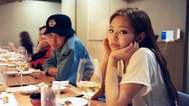 Hot lại khoảnh khắc 2 cô bạn gái của G-Dragon đọ sắc căng đét: Jennie - Nana visual đối lập, thái độ kẻ cũ người mới gây chú ý - Ảnh 6.