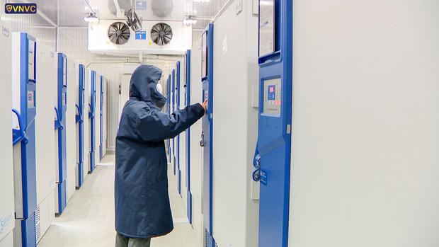 Cận cảnh lô vaccine Covid-19 đầu tiên về Việt Nam được bảo quản trong kho siêu lạnh - Ảnh 9.