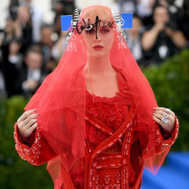 Góc khuất đại tiệc hào nhoáng nhất thế giới Met Gala: Cấm cửa vì thù riêng, chồng tiền để có vé và thủ đoạn kiếm trăm tỷ - Ảnh 11.