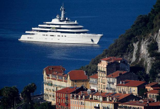 Choáng với hình ảnh đầu tiên về chiếc du thuyền 13,6 nghìn tỷ của ông chủ giàu có bậc nhất làng bóng đá - Ảnh 2.
