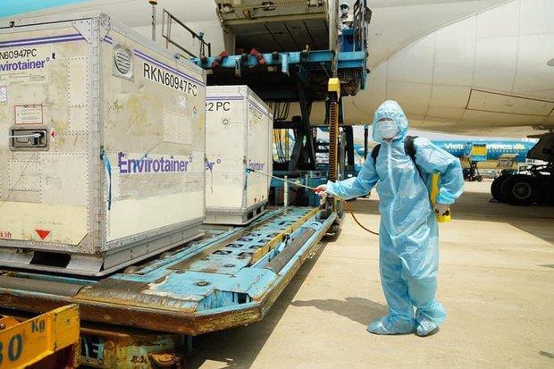 Hơn 117.000 liều vaccine phòng Covid-19 đầu tiên đã về đến Việt Nam - Ảnh 2.
