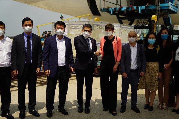Hơn 117.000 liều vaccine phòng Covid-19 đầu tiên đã về đến Việt Nam - Ảnh 3.