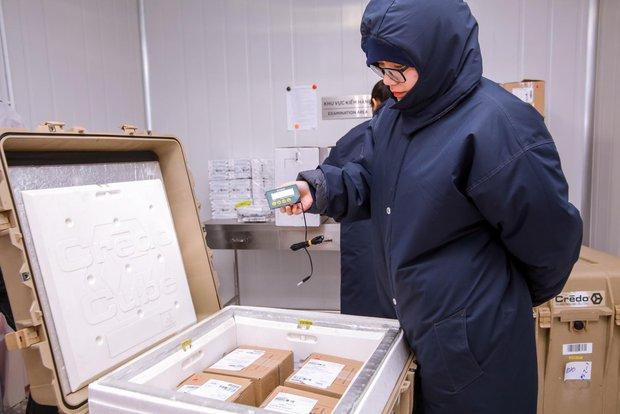 Cận cảnh lô vaccine Covid-19 đầu tiên về Việt Nam được bảo quản trong kho siêu lạnh - Ảnh 8.