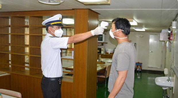 Xét nghiệm lần 2 với thuyền viên tàu hàng Ocean Amazing sau 1 ca tử vong, chỉ còn 2 mẫu dương tính SARS-CoV-2 - Ảnh 1.