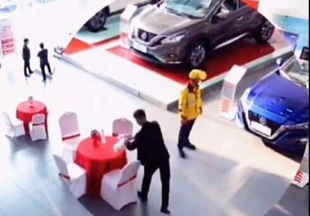 Shipper đi làm vì đam mê: Giao đồ ăn cho khách, thấy ô tô đẹp quá xuống tiền mua luôn dù đã có 2 cái - Ảnh 1.
