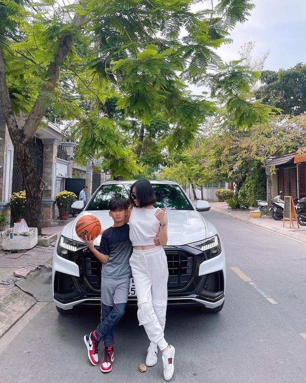 Quý tử nhà Lệ Quyên đi chơi: Chân đi giày đắt đỏ, được mẹ chở trên siêu xe Audi, đúng là thiếu gia từ trong trứng - Ảnh 4.