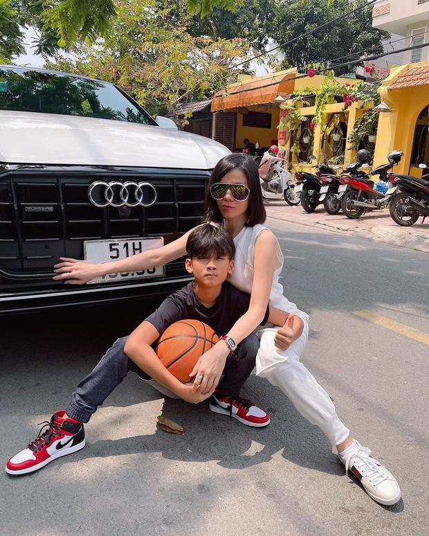 Quý tử nhà Lệ Quyên đi chơi: Chân đi giày đắt đỏ, được mẹ chở trên siêu xe Audi, đúng là thiếu gia từ trong trứng - Ảnh 2.