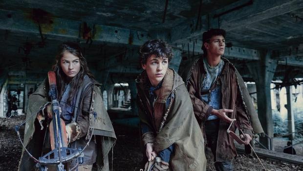 Review Tribes Of Europa toàn trai đẹp đang leo top: Cẩm nang sinh tồn 18+ lại remix The Hunger Games nóng bỏng mắt! - Ảnh 4.