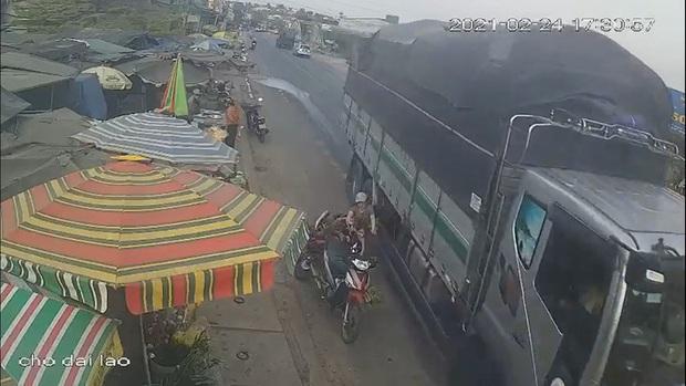 Clip: Thót tim xe tải vượt ẩu, hất văng 3 mẹ con thoát chết trong gang tấc - Ảnh 2.