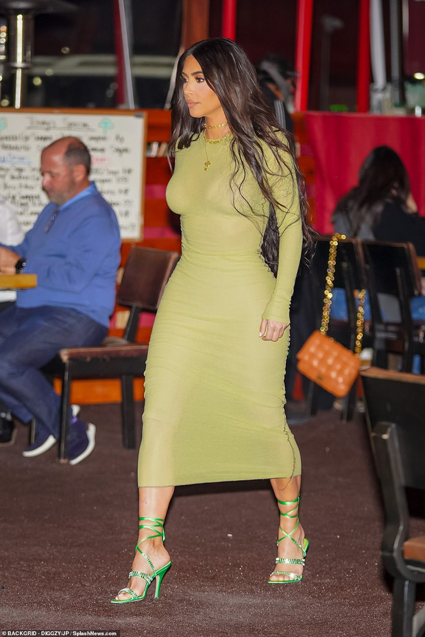 Kim Kardashian và Kanye lộ diện sau tin ly hôn: Đều không đeo nhẫn cưới, nam rapper bán vội bộ nữ trang tặng vợ để lấy 92 tỷ? - Ảnh 4.