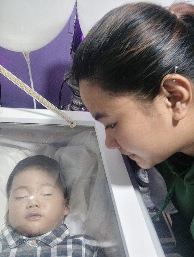 Nghịch ngợm cắm thìa kim loại vào trong ổ điện, bé trai 2 tuổi bị điện giật tử vong - Ảnh 2.