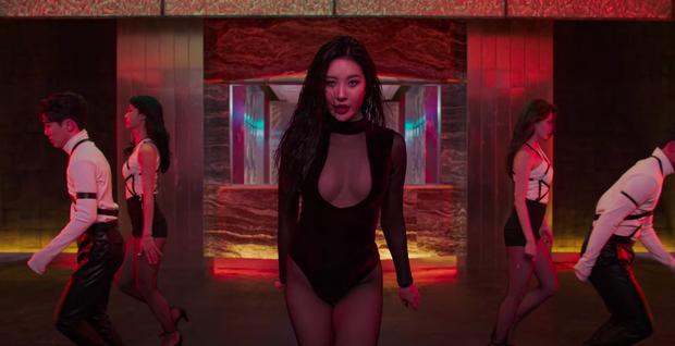 Mỹ nhân Penthouse 40 tuổi vẫn diện áo khoét ngực thách thức cả idol Kpop: Chị đẹp cao sang còn đàn em thì phô phang nhức nhối - Ảnh 1.