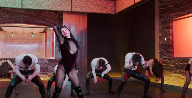 Mỹ nhân Penthouse 40 tuổi vẫn diện áo khoét ngực thách thức cả idol Kpop: Chị đẹp cao sang còn đàn em thì phô phang nhức nhối - Ảnh 2.