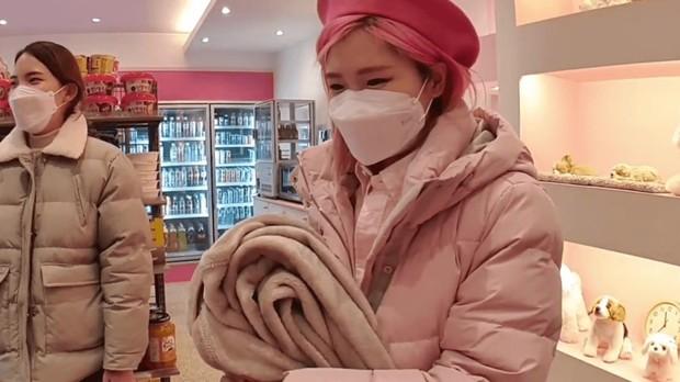 Vô tình nổi tiếng vì livestream trong cửa hàng tiện lợi, cô nàng nhân viên mở luôn cửa hàng cho riêng mình nhờ công việc streamer - Ảnh 1.