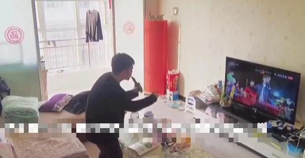 Mẹ lắp camera trong phòng khách giám sát mọi cử động, bất ngờ phát hiện ra tài năng của con trai nhưng lại gây tranh cãi - Ảnh 3.