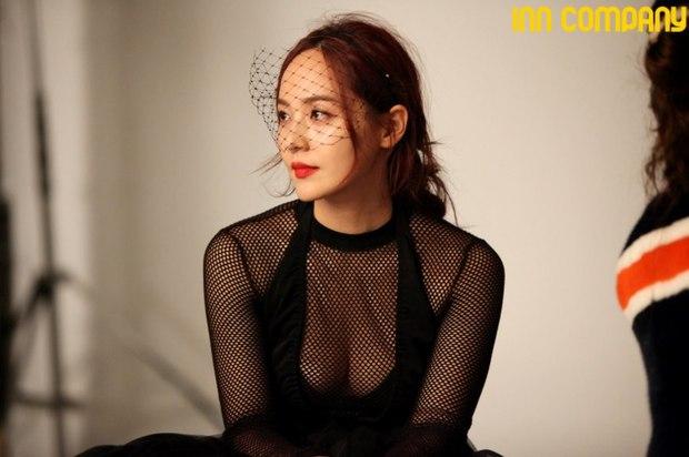 Mỹ nhân Penthouse 40 tuổi vẫn diện áo khoét ngực thách thức cả idol Kpop: Chị đẹp cao sang còn đàn em thì phô phang nhức nhối - Ảnh 4.