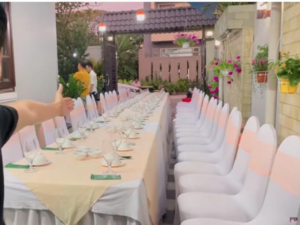 Bên trong biệt thự 50 tỷ đồng của Mạc Văn Khoa: Rộng 500 mét vuông, sân vườn sức chứa khủng tận 40 người - Ảnh 2.