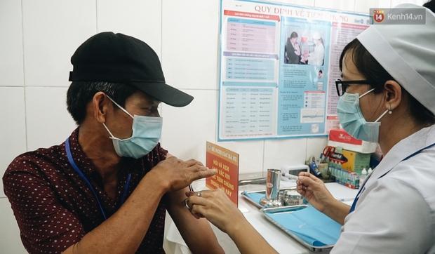 Cận cảnh những mũi tiêm vaccine Covid-19 của Việt Nam cho người dân Long An - Ảnh 7.