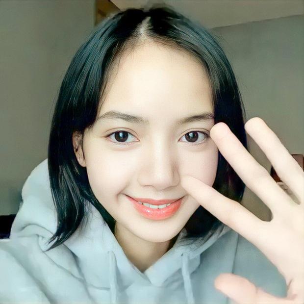 Tưởng Jennie là tâm điểm sau tin hẹn hò GD, ai dè netizen chỉ mải ngắm tóc mái trăm tỷ của Lisa (BLACKPINK) ở sự kiện - Ảnh 8.