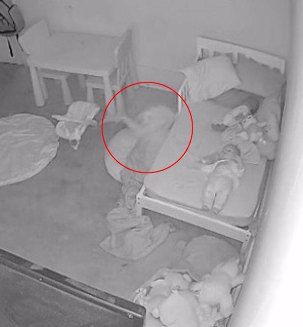 Đứa trẻ đang chơi thì dần biến mất dưới gầm giường miệng liên tục hoảng hốt gọi mẹ, video gây bão MXH khiến cả triệu người xem kinh hãi tột độ - Ảnh 2.