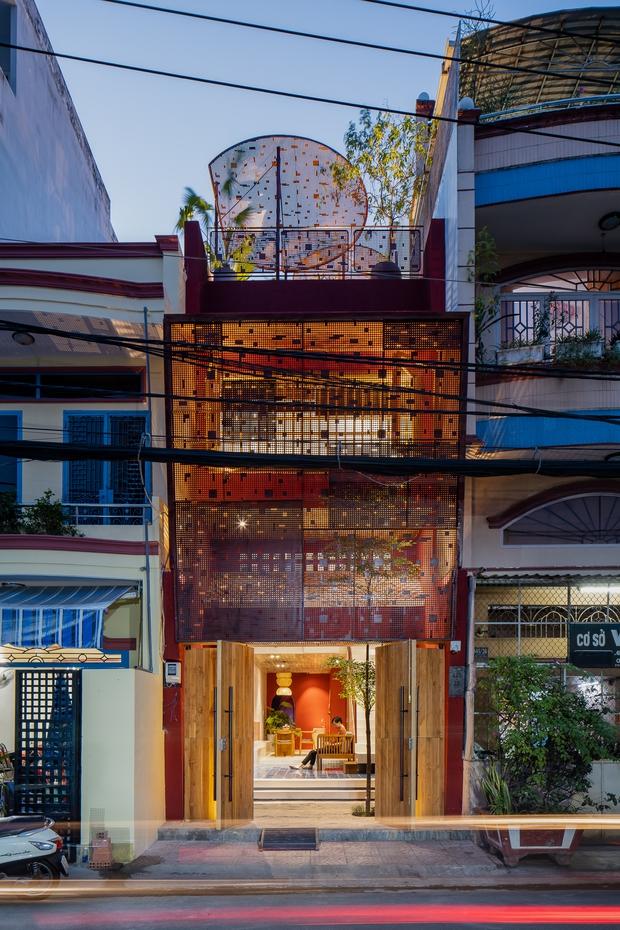 Thương mẹ 30 năm ở nhà xuống cấp, con gái xây tặng ngôi nhà ngoài đóng, trong mở cực độc ở Sài Gòn - Ảnh 1.