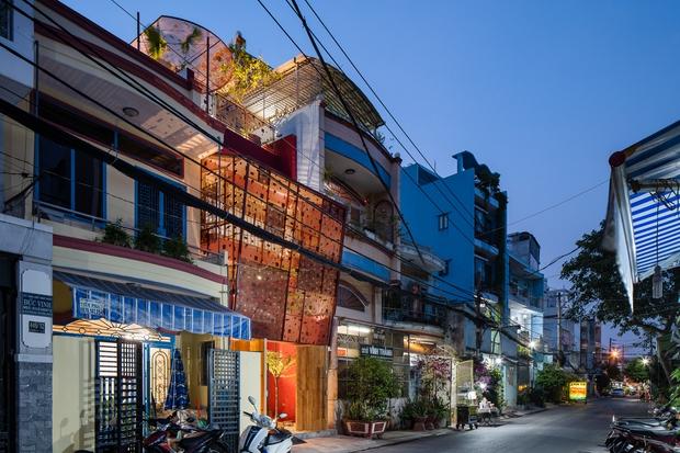 Thương mẹ 30 năm ở nhà xuống cấp, con gái xây tặng ngôi nhà ngoài đóng, trong mở cực độc ở Sài Gòn - Ảnh 2.