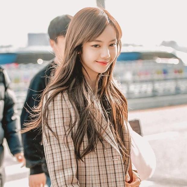 Tưởng Jennie là tâm điểm sau tin hẹn hò GD, ai dè netizen chỉ mải ngắm tóc mái trăm tỷ của Lisa (BLACKPINK) ở sự kiện - Ảnh 6.