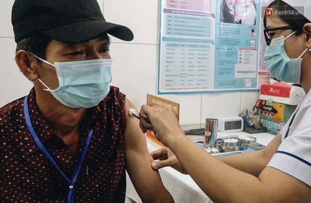 Cận cảnh những mũi tiêm vaccine Covid-19 của Việt Nam cho người dân Long An - Ảnh 9.