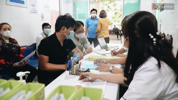 Cận cảnh những mũi tiêm vaccine Covid-19 của Việt Nam cho người dân Long An - Ảnh 4.