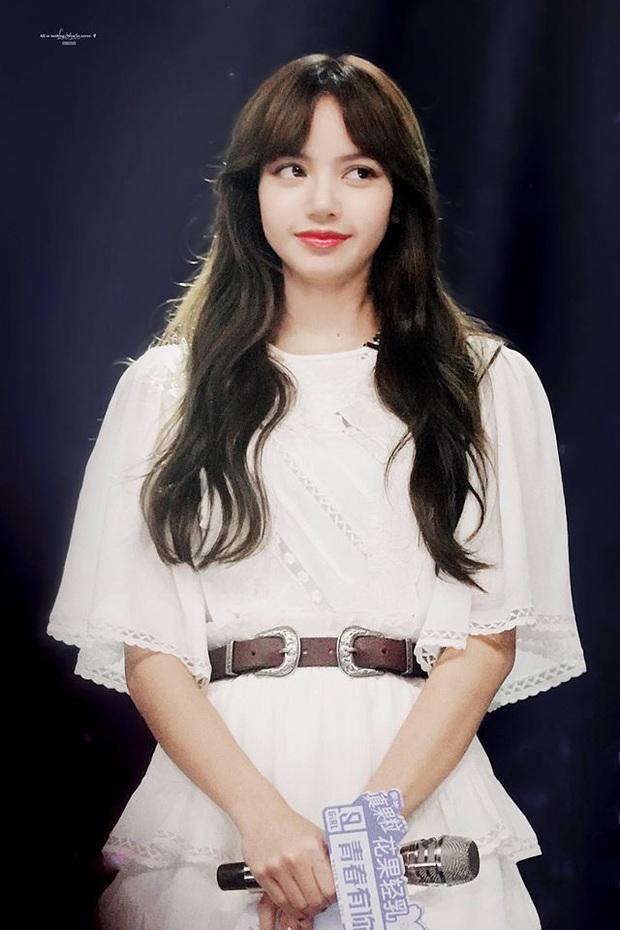 Tưởng Jennie là tâm điểm sau tin hẹn hò GD, ai dè netizen chỉ mải ngắm tóc mái trăm tỷ của Lisa (BLACKPINK) ở sự kiện - Ảnh 7.