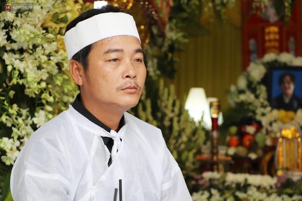 Chồng bị nhóm giật túi xách ở Sài Gòn tông chết, người vợ trẻ nấc nghẹn trong đám tang: Anh Trí bỏ 2 mẹ con em đi rồi... - Ảnh 6.