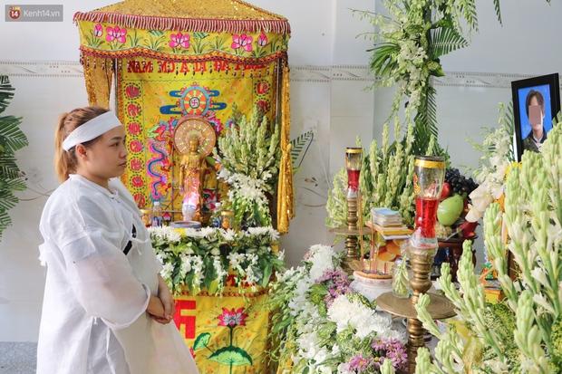 Chồng bị nhóm giật túi xách ở Sài Gòn tông chết, người vợ trẻ nấc nghẹn trong đám tang: Anh Trí bỏ 2 mẹ con em đi rồi... - Ảnh 5.