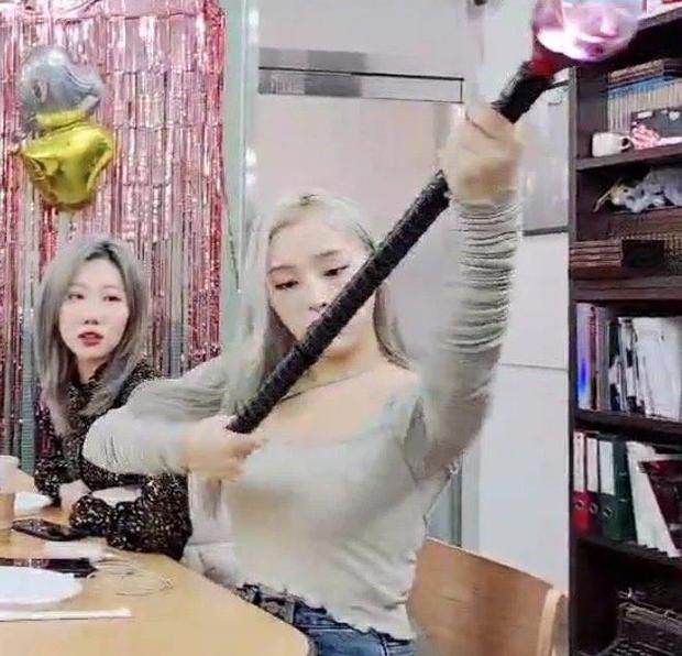 Hết làm lightstick dài như vũ khí, girlgroup theo concept kinh dị còn thiết kế hộp đựng hình quan tài khiến netizen cạn lời - Ảnh 7.