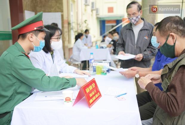 Ảnh: 35 người đầu tiên tiêm thử nghiệm lâm sàng vaccine phòng Covid-19 Việt Nam giai đoạn 2 tại Hà Nội - Ảnh 2.