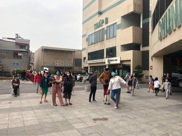 Hà Nội: Cháy chung cư Mipec Long Biên, người dân hốt hoảng tháo chạy - Ảnh 1.