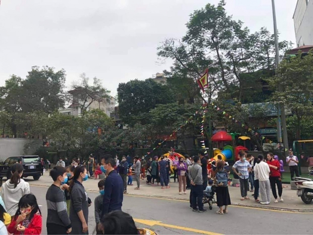 Hà Nội: Cháy chung cư Mipec Long Biên, người dân hốt hoảng tháo chạy - Ảnh 2.