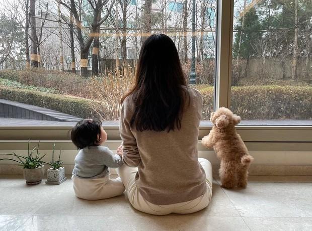 Choi Ji Woo lần đầu hé lộ hình ảnh con gái đầu lòng, netizen xỉu lên xỉu xuống vì quá đáng yêu - Ảnh 2.