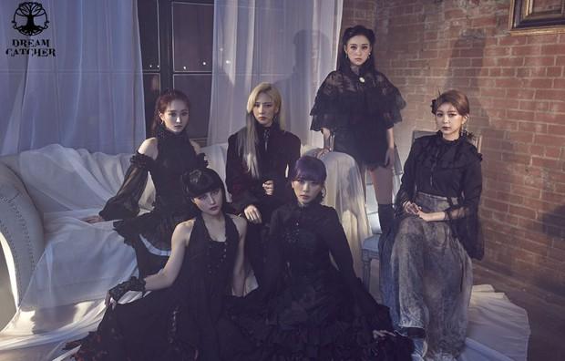 Hết làm lightstick dài như vũ khí, girlgroup theo concept kinh dị còn thiết kế hộp đựng hình quan tài khiến netizen cạn lời - Ảnh 1.
