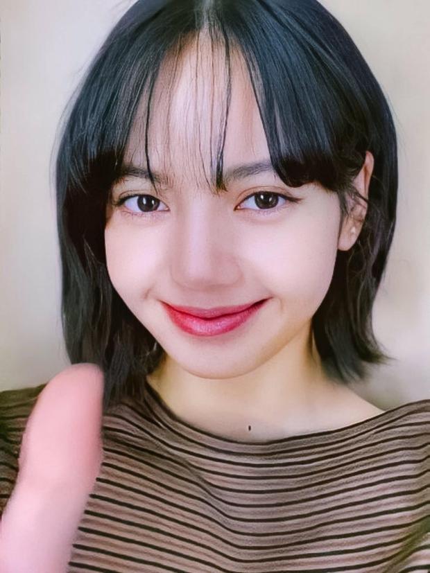 Tưởng Jennie là tâm điểm sau tin hẹn hò GD, ai dè netizen chỉ mải ngắm tóc mái trăm tỷ của Lisa (BLACKPINK) ở sự kiện - Ảnh 9.