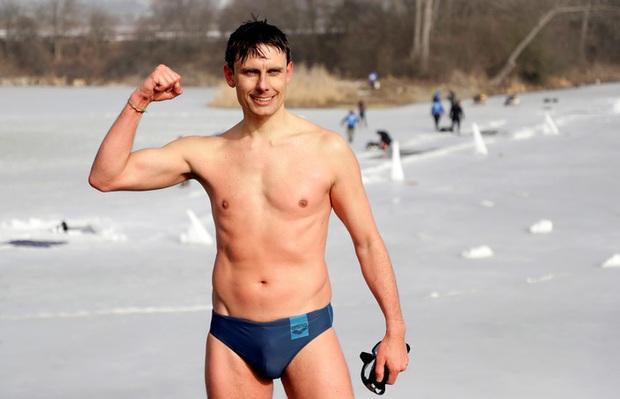 Thợ lặn người CH Séc gây kinh ngạc với kỷ lục không tưởng được thực hiện tại hồ băng - Ảnh 3.